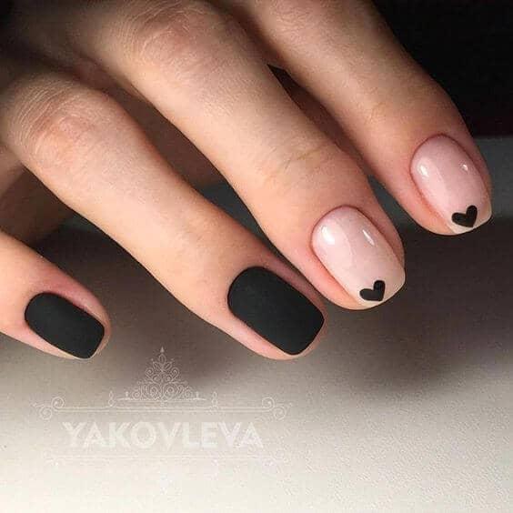 Noir facile avec des ongles noirs