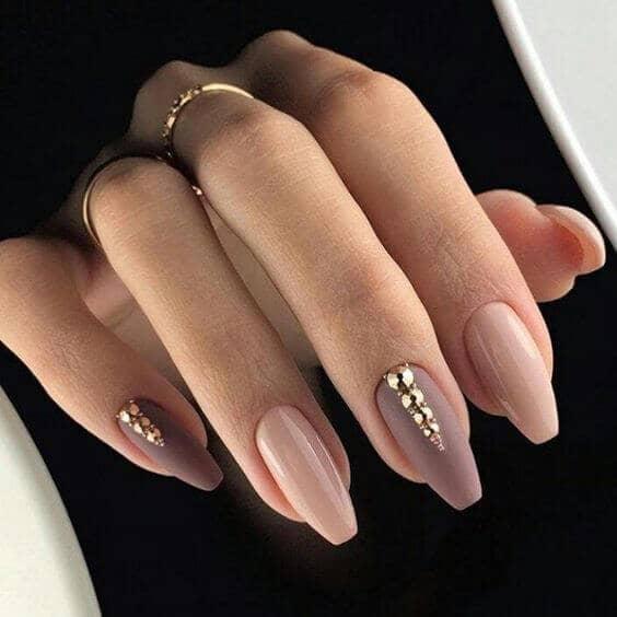 Ongles acryliques en amande avec or et rose