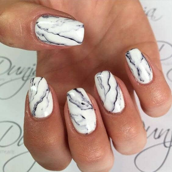 Dessin d'ongles en marbre blanc