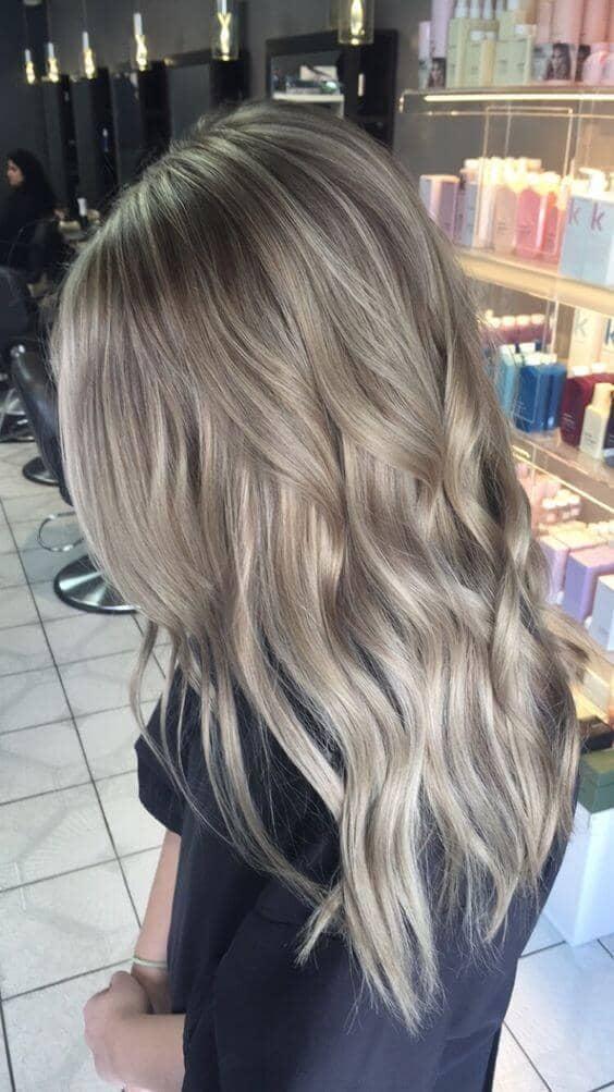 De longues et subtiles ondes cendrées blondes