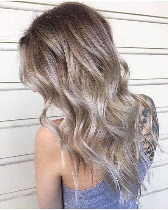 Blonde cendrée brune à longues ondes