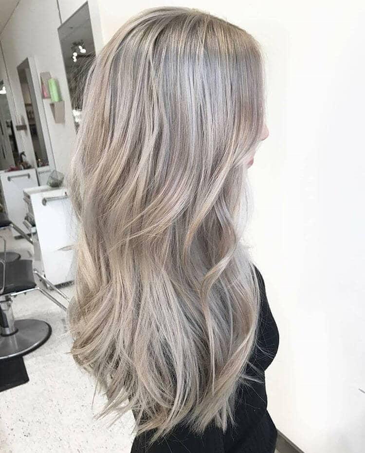De longues ondes cendrées blondes