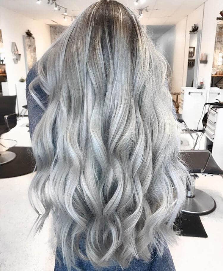 Longue boucle argentée blonde platine