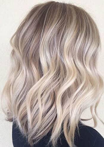 Couches ondulées de cendre blonde moyenne