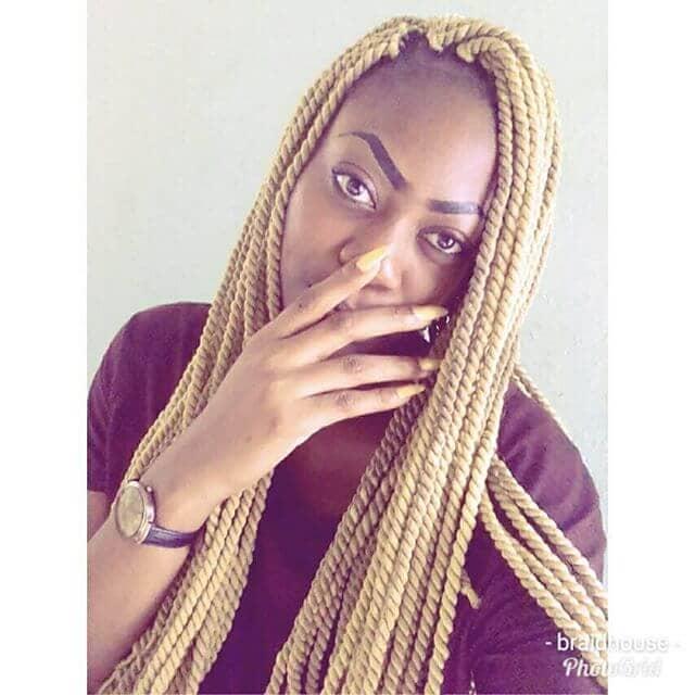 Une longue blonde perverse se tord avec des cheveux de Marley