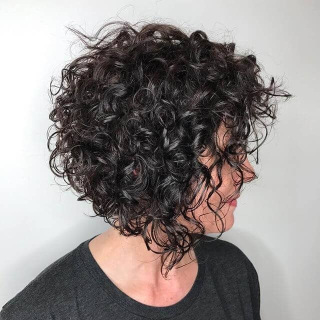 De beaux rouleaux de mode pour les cheveux courts et bouclés