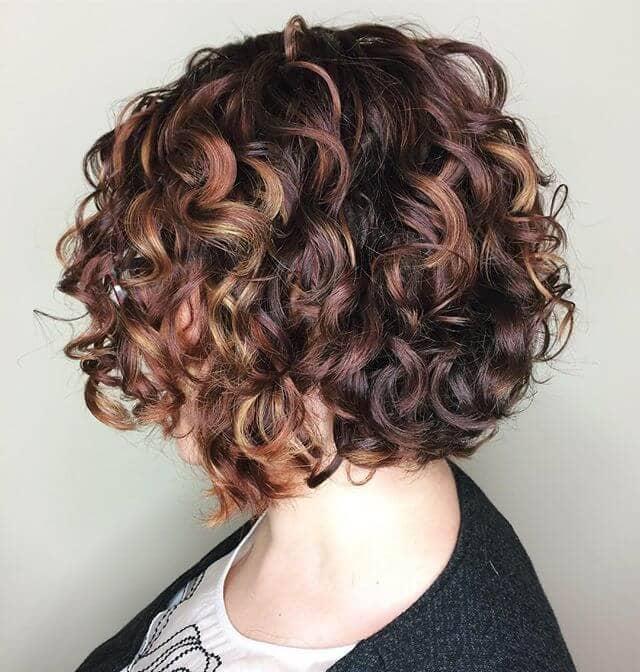 Une idée de cheveux bouclés très classe