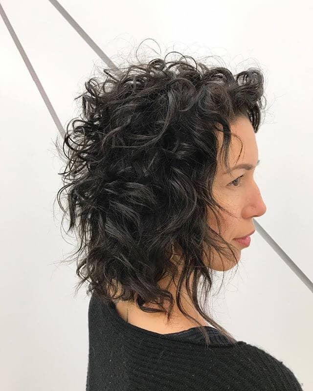 Les cheveux courts et bouclés : une tendance actuelle