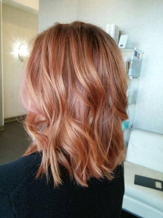Vagues Beachy à la mode dans un ton rose - Modele coloration blond rose