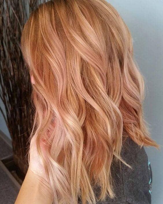 De belles vagues blondes poussiéreuses à la fraise