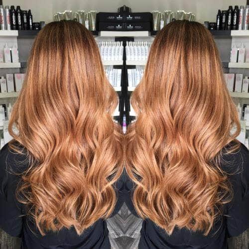 Cheveux longs et délicats, blond fraise avec des vagues