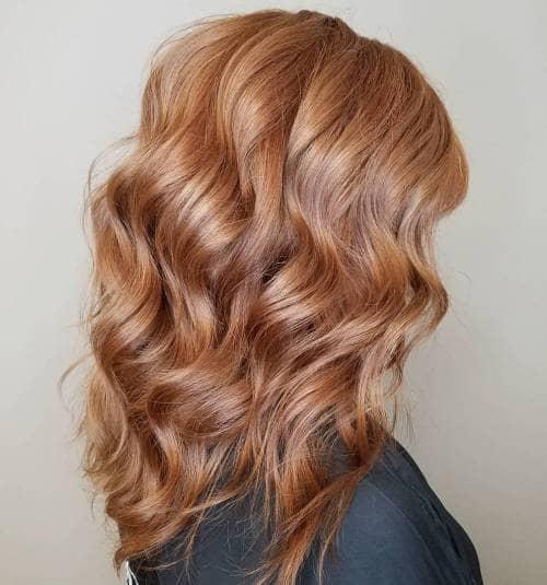 Couleur des cheveux aux tons magenta et fraise