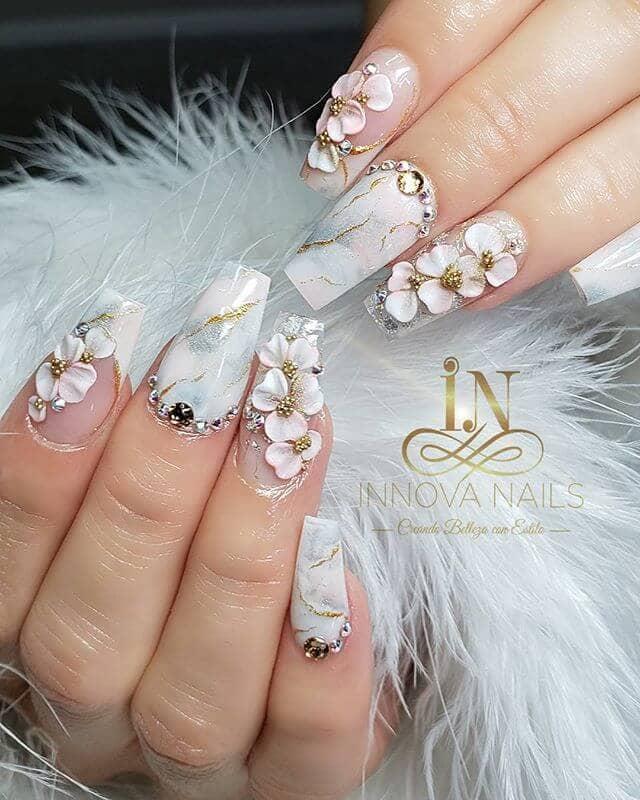 Manucure florale en marbre argenté étincelant