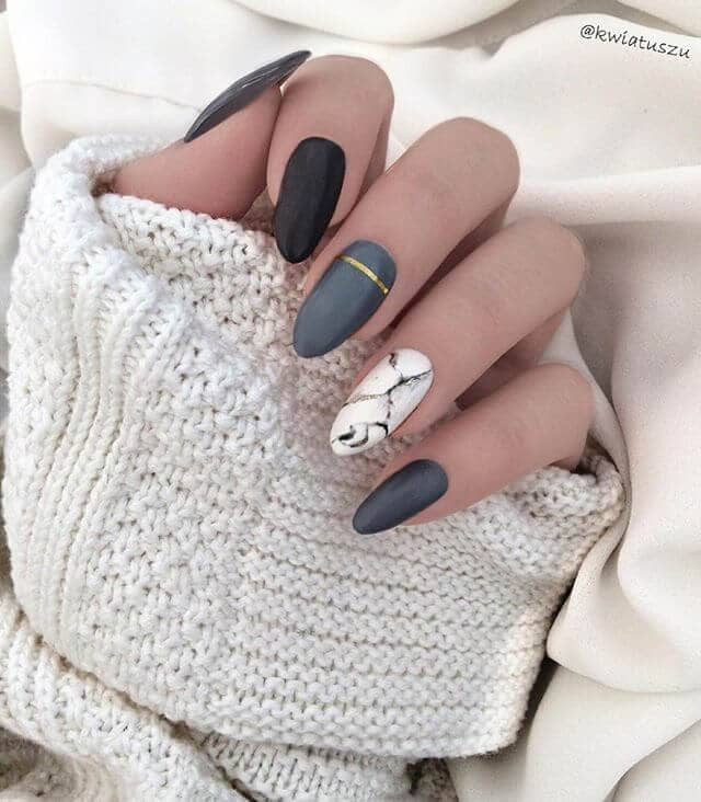 Des ongles gris longs, simples et doux