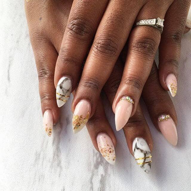 Idée d'ongles en marbre rose et feuille d'or