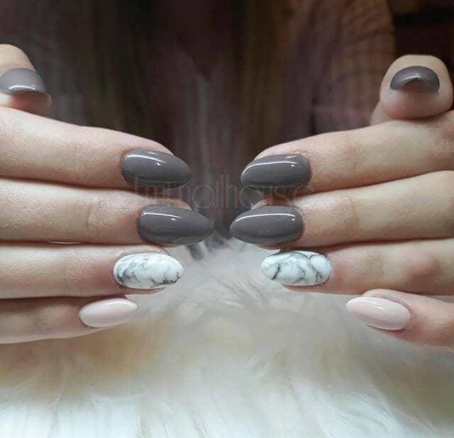 Jolie manucure en marbre rose et gris