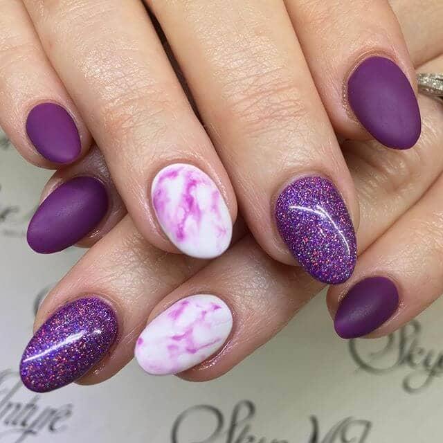 Manucure pour ongles en marbre violet, glamour et scintillant