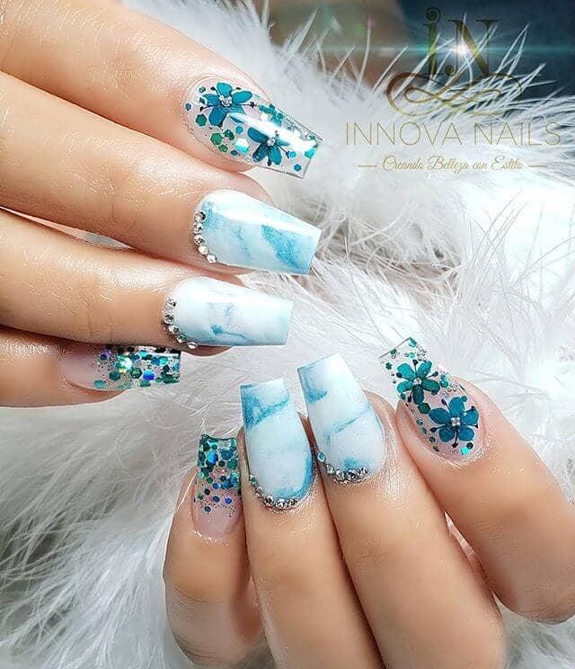 Aspect des ongles en marbre bleu translucide et scintillant