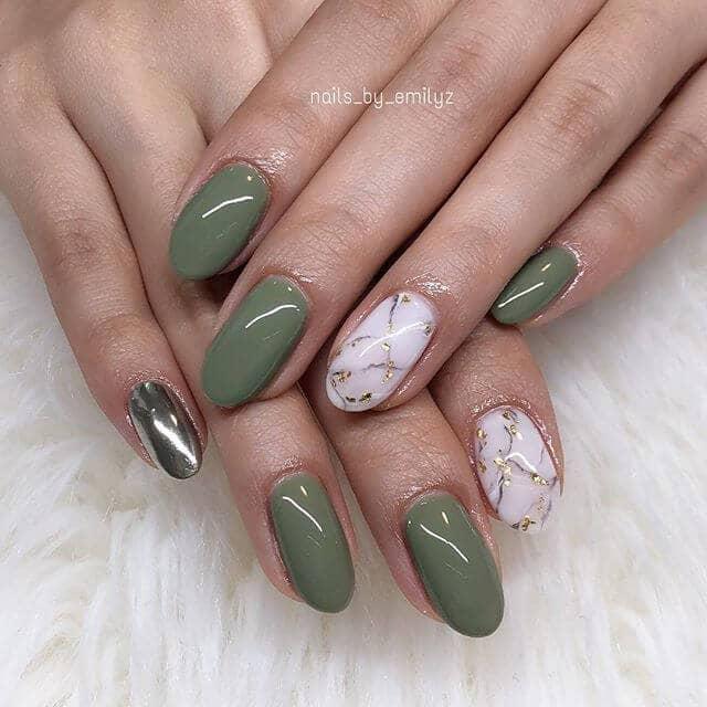 Manucure vert clair avec accent chromé