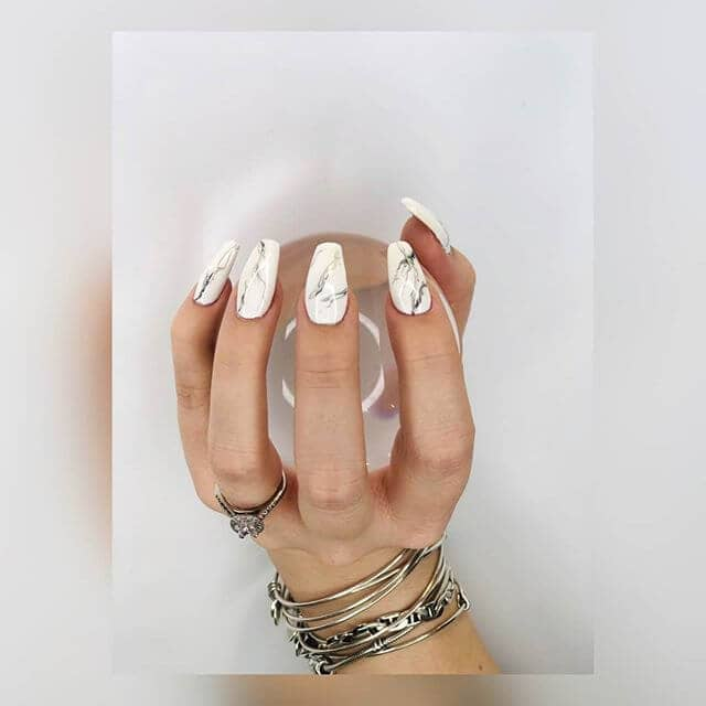 Manucure entièrement marbrée avec ongles carrés