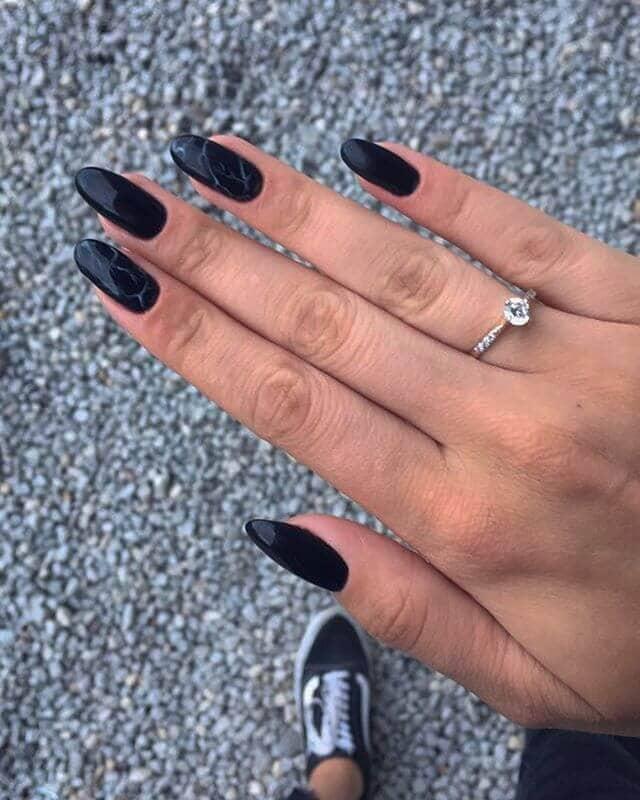 Subtil art des ongles marbrés en noir brillant