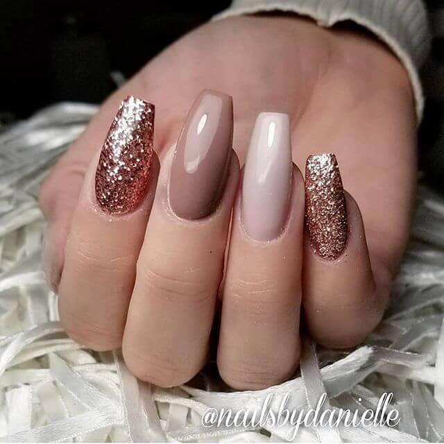 Des ongles nus scintillants en plusieurs nuances