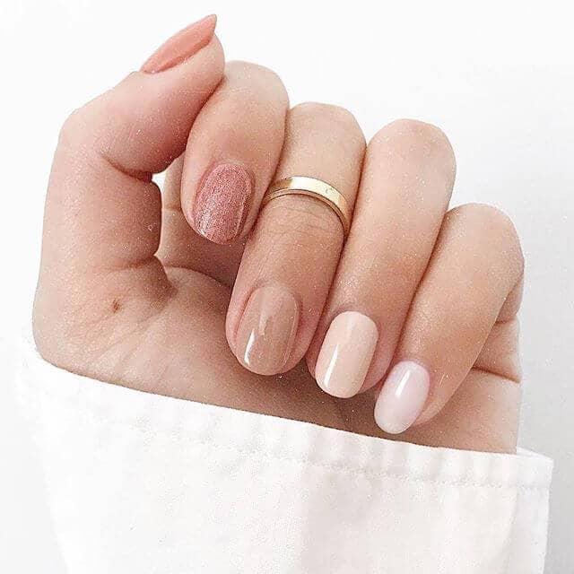 Des ongles nus simplement réservés mais élégamment uniques
