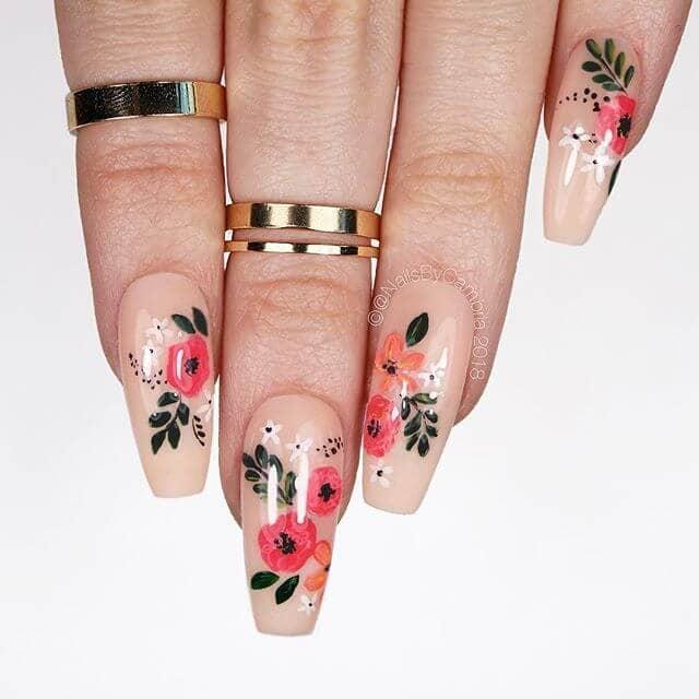 De jolies fleurs avec des ongles fantaisistes