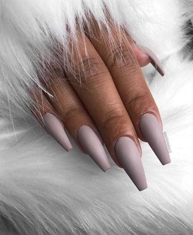 Des ongles violets pour les teints foncés Idées d'ongles nus