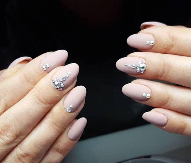 Idées d'ongles nus en rose avec des strass