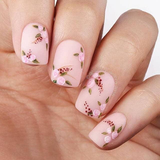 Des roses avec un beau design d'ongles au fini mat