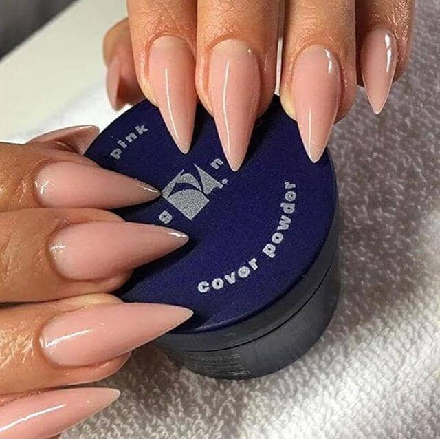 Des ongles justes pour les femmes à la peau d'olive