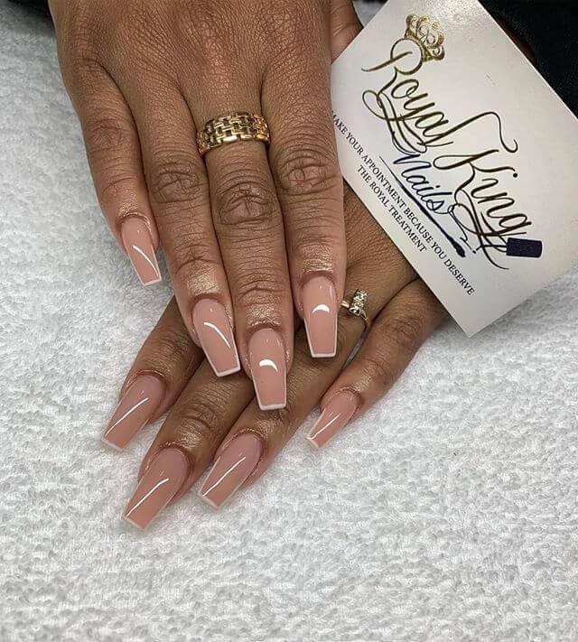 Ongles naturels rose avec contours contrastés blancs