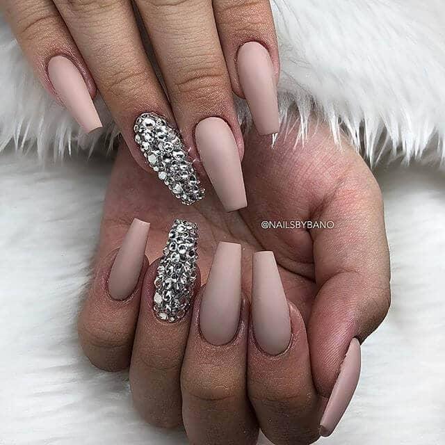Clous de pierres précieuses glamour avec brun violet brossé