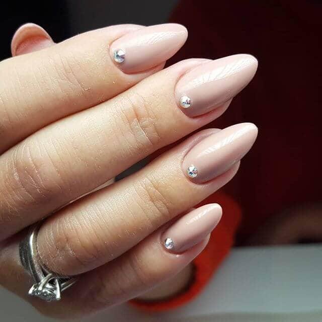 Idées d'ongles en porcelaine rose avec pierres individuelles
