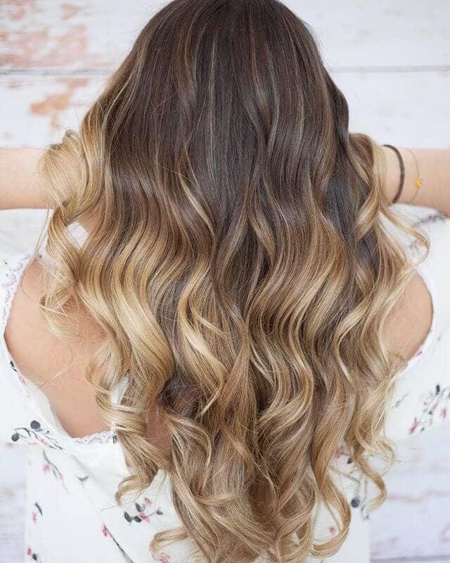 Un parapluie d'un blond éclatant se distingue par ses vagues