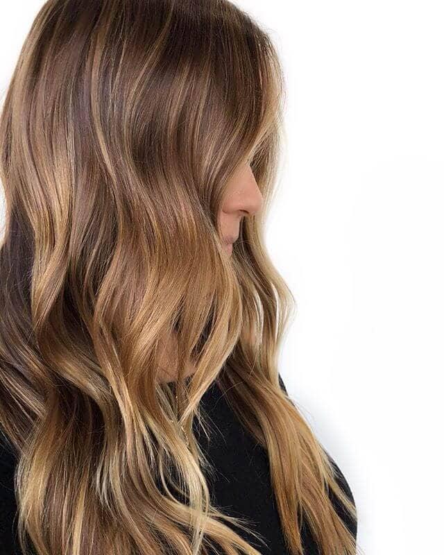 Cheveux bruns et blonds naturels avec de subtils reflets