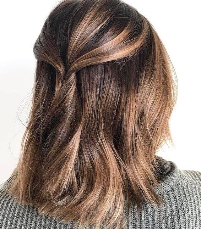 Cheveux mi-longs tirés vers l'arrière avec des mèches