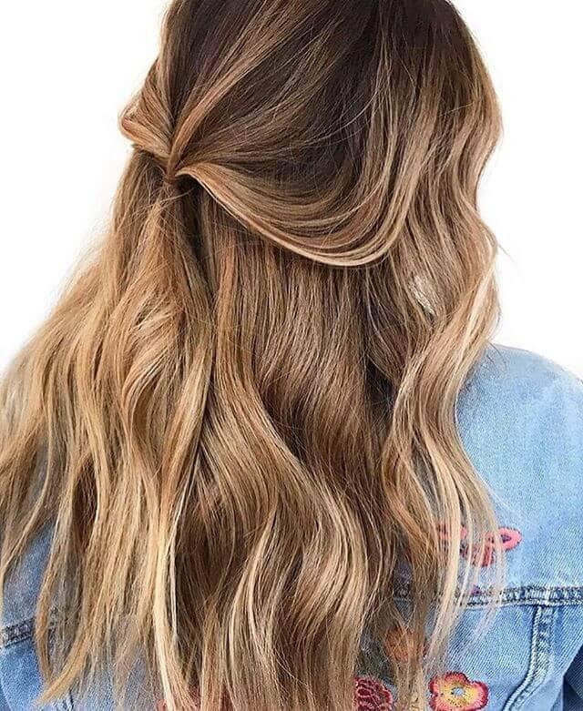 De jolis reflets dorés dans de longs cheveux bruns