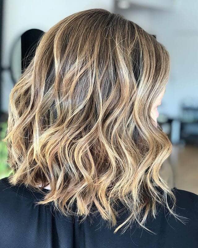 Meilleur reflet de blonde au beurre dans des cheveux châtain clair
