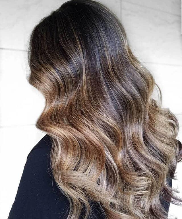 Un joli parapluie blond platine avec des cheveux brun foncé