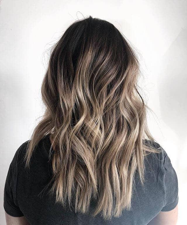 Un superbe parapluie blond champagne avec des cheveux bruns chocolat