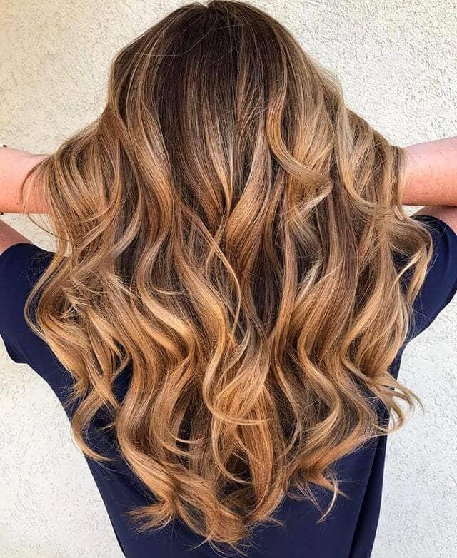 Une jolie blonde fraise dans des cheveux bruns