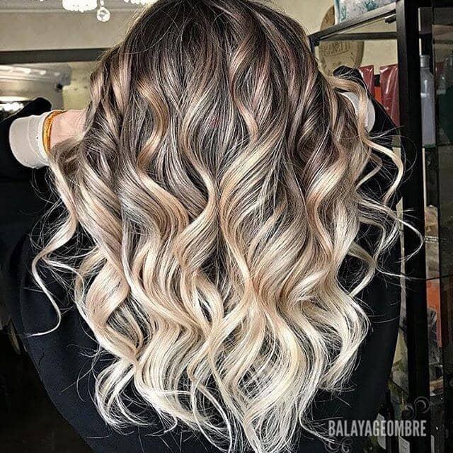 Le blond des projecteurs met en valeur les cheveux bruns bouclés