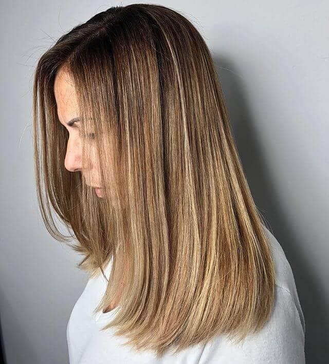 Blond sable avec des cheveux bruns, droits et moyens