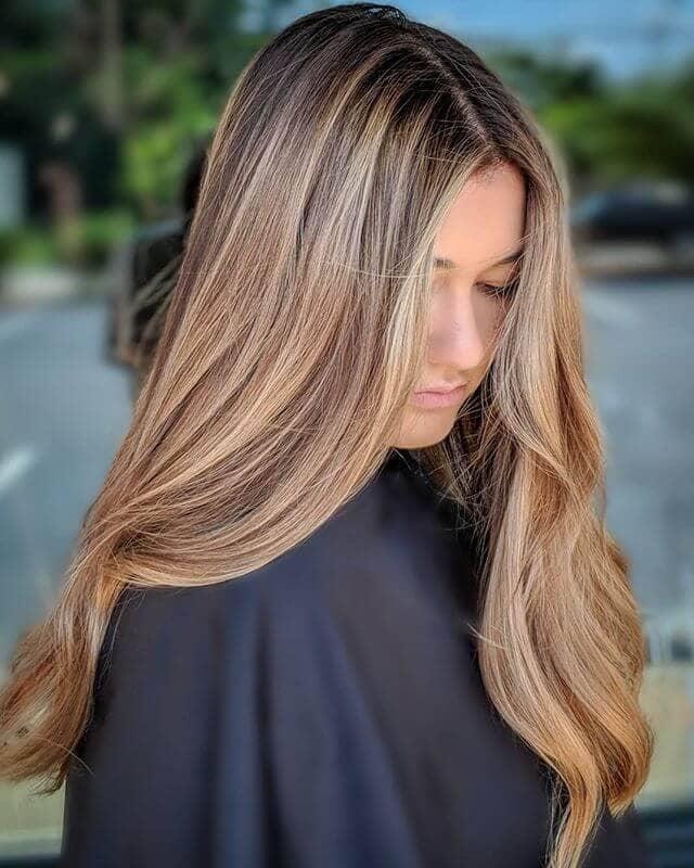 Le blond roux atténué en vedette pour les cheveux longs