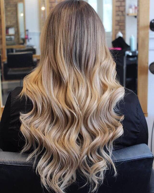 Une belle blonde crème sodée soulignée de longues ondes