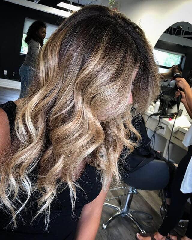 Blond givré cool : de lourds reflets dans les cheveux foncés