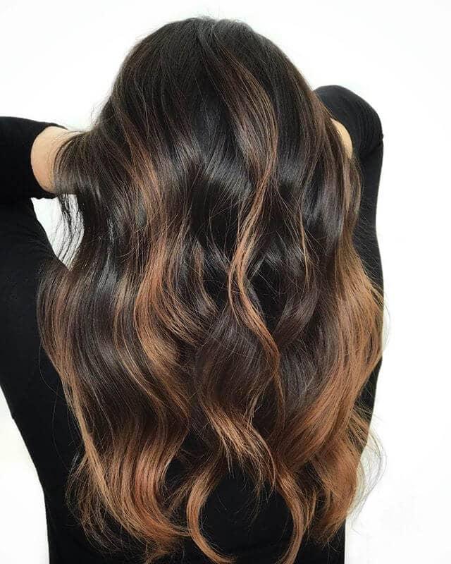 Cheveux bruns chocolat noir avec des reflets blonds ambrés clairs