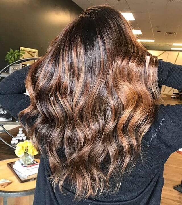 Un blond doré brillant dans des cheveux brun chocolat